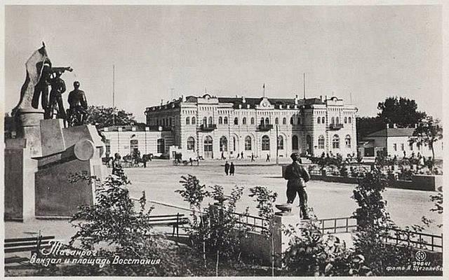Leninův pomník v Taganrogu, Jarmareční náměstí krátce před okupací