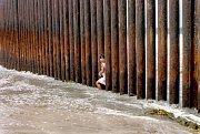 Mladá Mexičanka při pokusu o překonání zdi