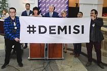 """Tadeáš Kucharič (vlevo) a Tomáš Kozel (vpravo) z iniciativy """"Proč? Proto!"""" rozvinuli 4. prosince 2018 ve Sněmovně transparent s požadavkem na demisi premiéra Andreje Babiše při tiskové konferenci poslaneckého klubu ANO."""