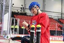 Hokejový reprezentant Matěj Blümel na tréninku v Rize.