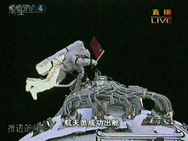 V sobotu se uskutečnil první výstup čínského kosmonauta do volného prostoru