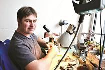 STÁLI U ZRODU MINCOVNY, ZŮSTALI TŘI. Jaroslav Hrách je celou dobu skloněný nad mikroskopem, je rytec. Miroslav Vítek, výrobní ředitel a Josef Pazour, technický vedoucí výroby.