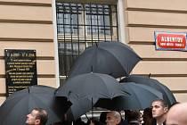 Ochranka chránila prezidenty deštníky před předměty, kteří na Zemana házeli jeho odpůrci.