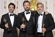 Zleva Grant Heslov, Ben Affleck, a George Clooney na 85. prestižních filmových cenách Oscar.