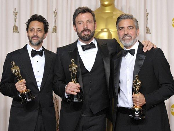 Zleva Grant Heslov, Ben Affleck, a George Clooney na 85.prestižních filmových cenách Oscar.