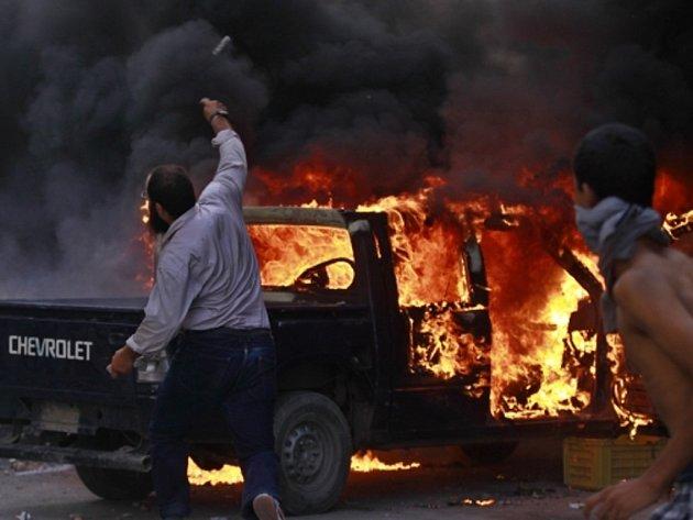 Střety mezi pořádkovými silami a demonstranty protestujícími proti americkému filmu hanobícímu údajně muslimského proroka Mohameda v okolí amerického velvyslanectví v egyptské Káhiře.