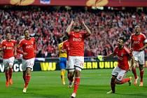 Ezequiel Garay z Benfiky (uprostřed) se raduje z gólu proti Juventusu.