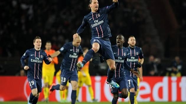 Kanonýr Paris St. Germain Zlata Ibrahimovic (uprostřed) slaví gól proti Barceloně.