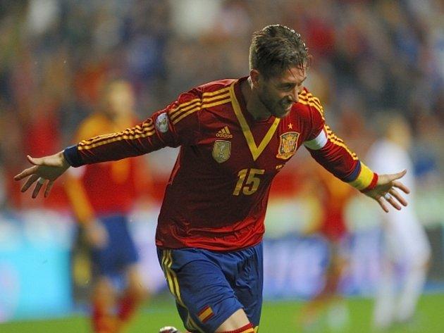 Sergio Ramos ze Španělska se raduje z gólu proti Finsku.
