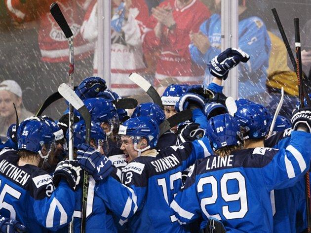 Hokejisté Finska se radují na MS dvacítek z postupu do finále.