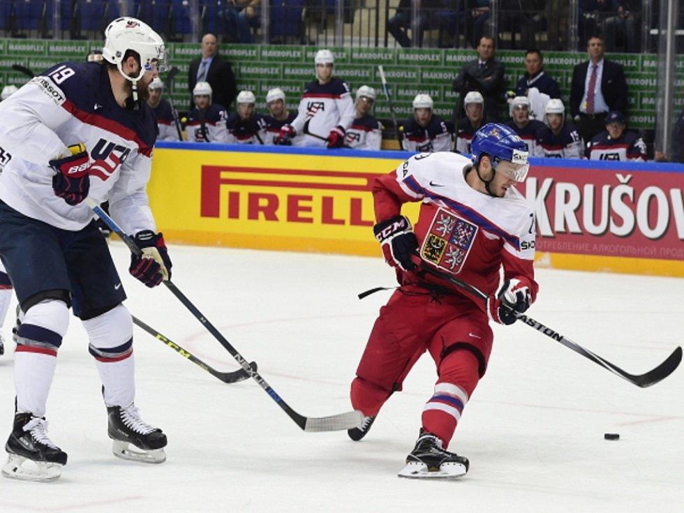 Tomáš Zohorna (vpravo) a Patrick Maroon z USA.