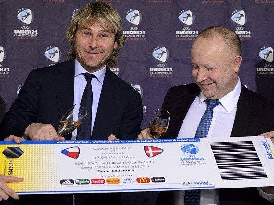 Hlavní ambasador turnaje Pavel Nedvěd (vlevo) a předseda organizačního výboru fotbalového mistrovství Evropy hráčů do 21 let Petr Fousek zahájili 10. února na tiskové konferenci v Praze prodej vstupenek na ME U21.
