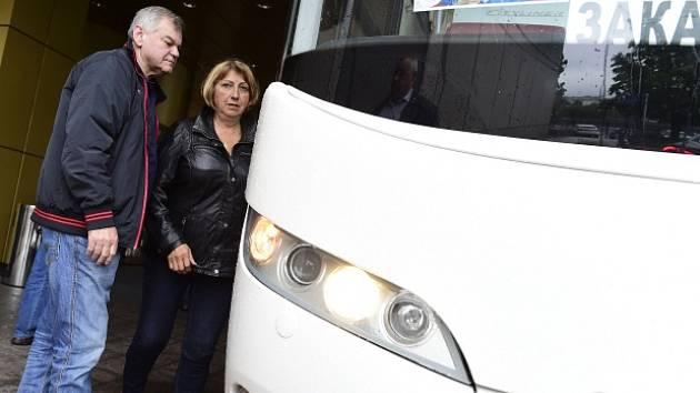 Trenér české hokejové reprezentace Vladimír Vůjtek s manželkou opouští 20. května moskevský hotel Crowne Plaza před odjezdem týmu na letiště a jeho návratem zpět do Česka.