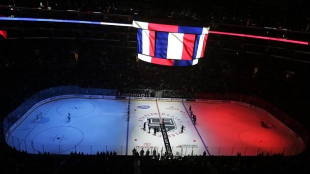 Minutou ticha uctila památku obětí teroristických útoků v Paříži před sobotními zápasy i zámořská NHL.