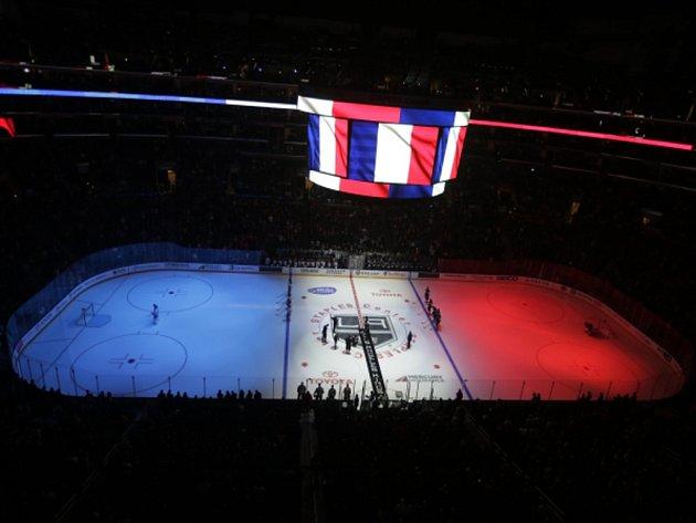 Minutou ticha uctila památku obětí teroristických útoků vPaříži před sobotními zápasy izámořská NHL.