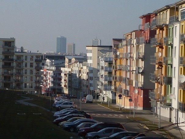 Víc než třem stovkám domácností ze sídliště v Praze 4 hrozí zbourání jejich domů. Byty a rodinné domy v rámci developerského projektu Zelené údolí byly postaveny před deseti lety, dodnes ale nemají převedeny pozemky.