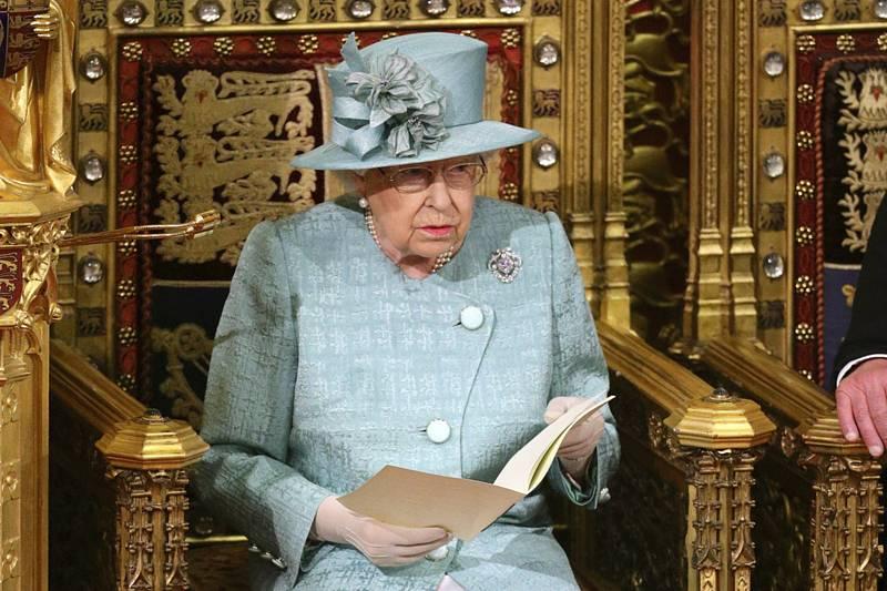 Britská královna Alžběta II. při zahájení zasedání parlamentu.