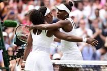Serena Williamsová (vlevo) porazila v osmifinále svou sestru Venus.