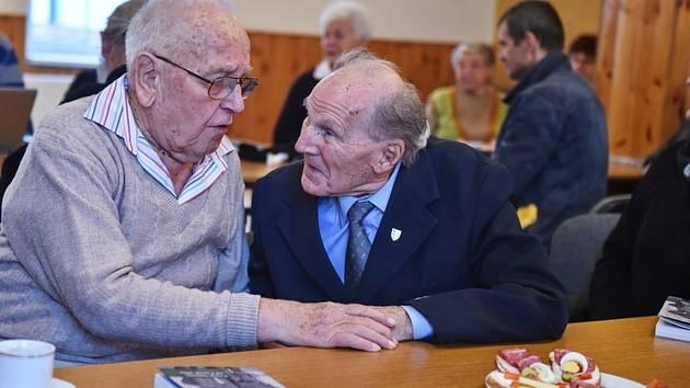 Příslušníci pomocných technických praporů (PTP) Václav Šulista (vlevo) a Jan Decker spolu hovoří 15. prosince 2017 v Českých Budějovicích