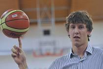 Basketbalista Jan Veselý žongluje s míčem při setkání s novináři.