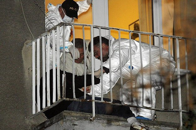 Přestřelka v Puchovské ulici na Spořilově. Na snímku Policie ČR a lékaři odklízejí oběť z balkonu.