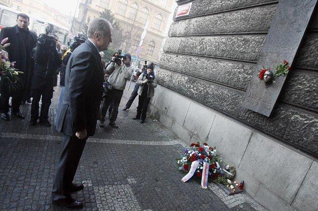 Premiér Mirek Topolánek položil květiny k pomníku Jana Palacha na Filozofické fakultě v Praze