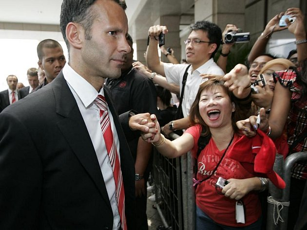 Manchester má v Asii řadu příznivců. Při příjezdu do Malajsie se o tom přesvědčil i záložník Ryan Giggs.