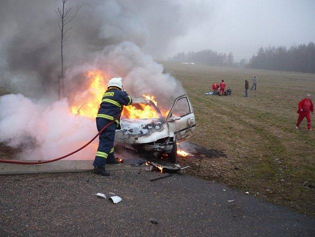 Z vozu zbyl po požáru jen vrak.