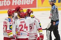 Hokejisté Třince se radují z gólu proti Vítkovicím.