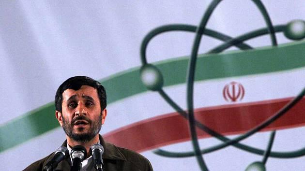 Íránský prezident Mahmúd Ahmadínežád při projevu na oficiálním zahájení jaderné výroby v Natanzu.