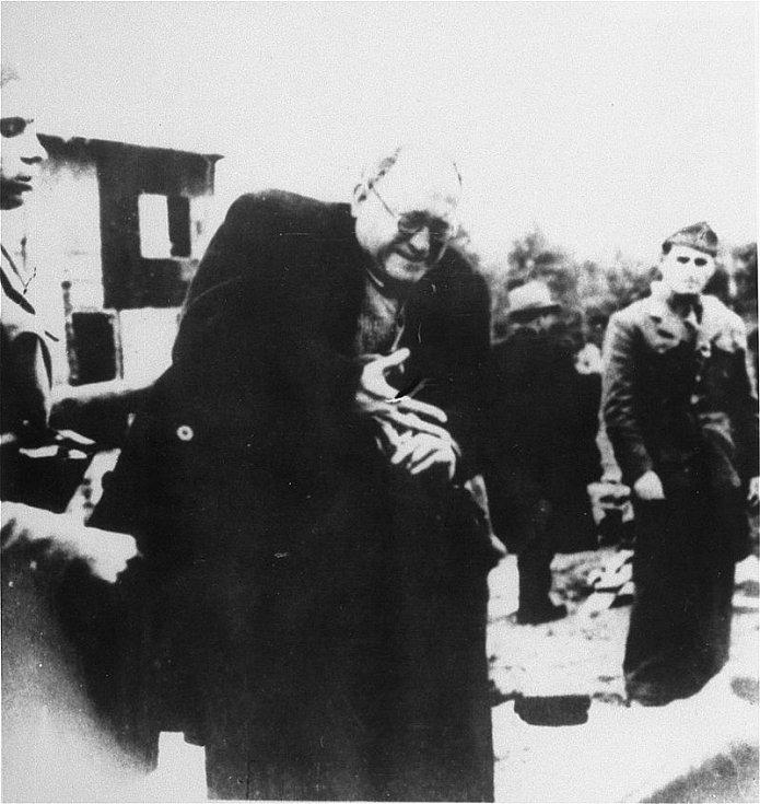 Židovský vězeň Teodore Grunfeld, průmyslník ze Záhřebu, po příjezdu do tábora Jasenovac. V roce 1942 byl v táboře zavražděn