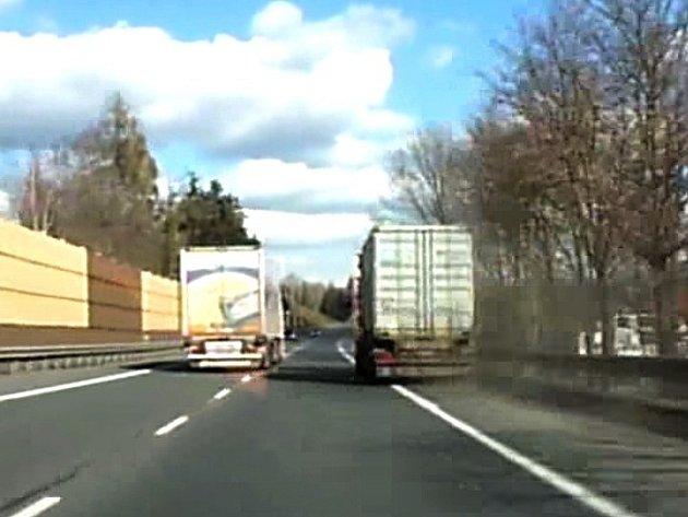 Řidič kamionu na Benešovsku ohrožoval svou bezohlednou jízdou ostatní šoféry.