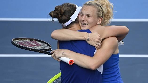 Kateřina Siniaková a Barbora Krejčíková se objímají po výhře ve finále OH v Tokiu.