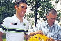 Roman Kreuziger (vlevo) se svým otcem ukazují žlutý dres lídra závodu Okolo Švýcarska.