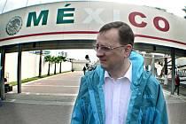Jedna z humorných fotomontáží ukazuje premiéra v pláštěnce před mexickou hranicí.