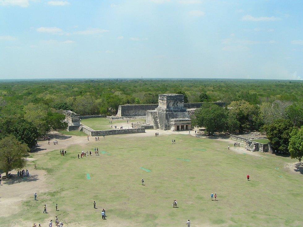 Pohled z pyramidy El Castillo na Velké hřiště na tlachtli v Chichén Itzá