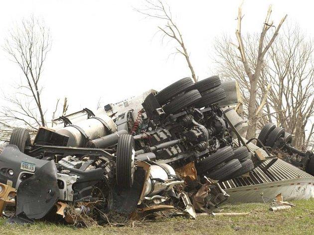 Mohutné síle tornáda neodolal ani tento těžký truck.