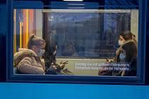 Cestující v rouškách jedou metrem v německém Frankfurtu nad Mohanem