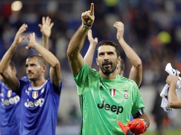 Buffon hrdinou. V Lyonu chytil penaltu a Juventus i v oslabení vyhrál 1:0