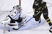 Gólman Peter Budaj (Los Angeles Kings) a David Backes (Boston Bruins).