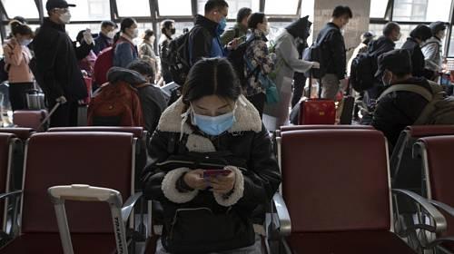 Cestující na nádraží v Pekingu