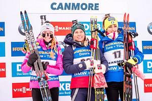 Biatlon: Stupně vítězů v Canmore, zleva Markéta Davidová, vítězná Tiril Eckhoffová a Lisa Vittozziová.