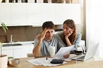 Češi si během pandemie méně půjčují, ale rovněž dluhy hůře splácí.