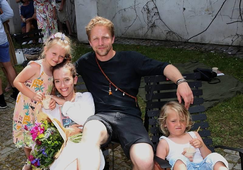 Tomáš Klus se svou manželkou Tamarou a dětmi