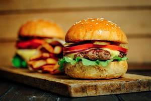 Stravujete-li se výhradně v řetězcích rychlého občerstvení, může váš imunitní systém začít reagovat třeba na hamburgery podobně jako na nákazu, naznačil nový výzkum (foto ilustrační)