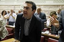 Pět poslanců SYRIZY zpochybnilo nejnovější návrh vlády premiéra Alexise Tsiprase, který předpokládá výrazná úsporná opatření výměnou za novou mezinárodní finanční pomoc.