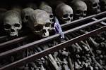 Během rwandské genocidy bylo radikálními Huty za pouhých 100 dní od dubna do července 1994 zmasakrováno na 800.000 menšinových Tutsiů a také desetitisíce umírněných Hutů.