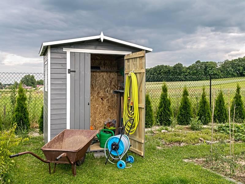 Pokud hledáte ryze účelový, lehký domek, který se snadno instaluje, sáhněte po plechu.