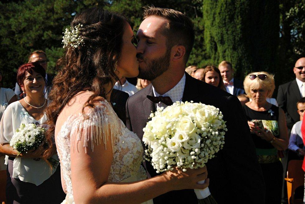 Pokud jsou snoubenci z jiných okresů, je svatba kvůli epidemickým opatřením komplikovaná. Ilustrační foto.