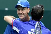 Tomáš Berdych (vlevo) a Radek Štěpánek se radují z postupu do čtvrtfinále Davis Cupu.